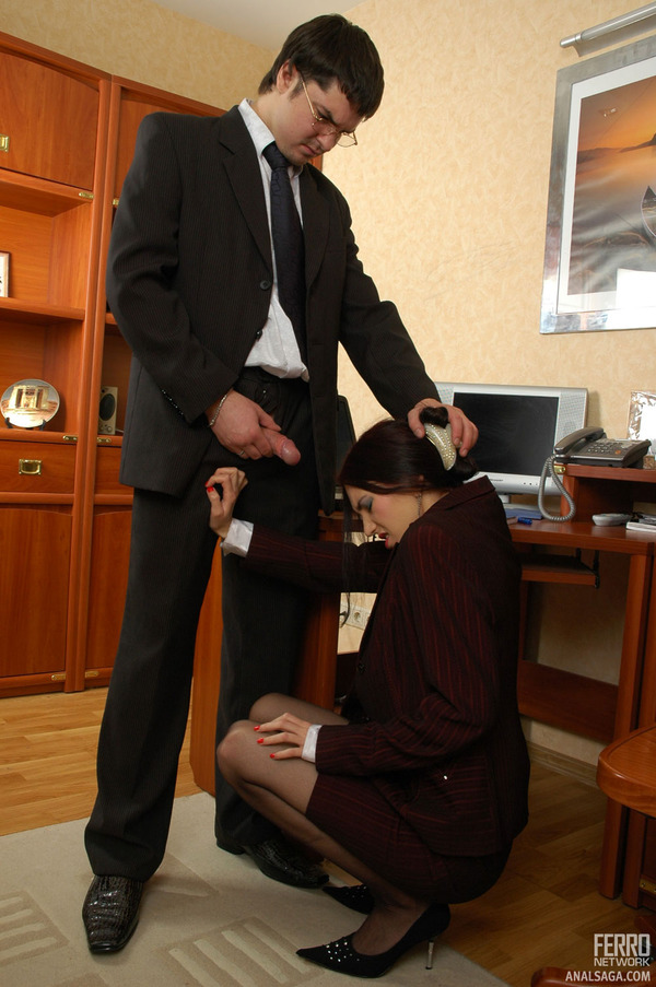 шеф домогается до секретарши