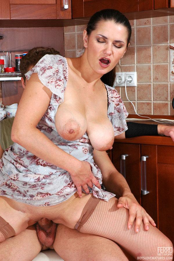 на кухне зрелая дама с обалденными прелестями отдается парню тела