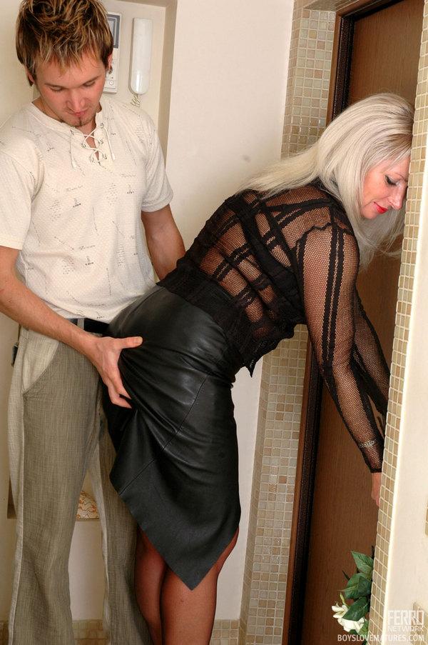 кожаные юбки в порно роликах