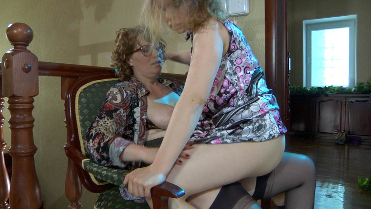 Flo & Alana pussyloving mom on video
