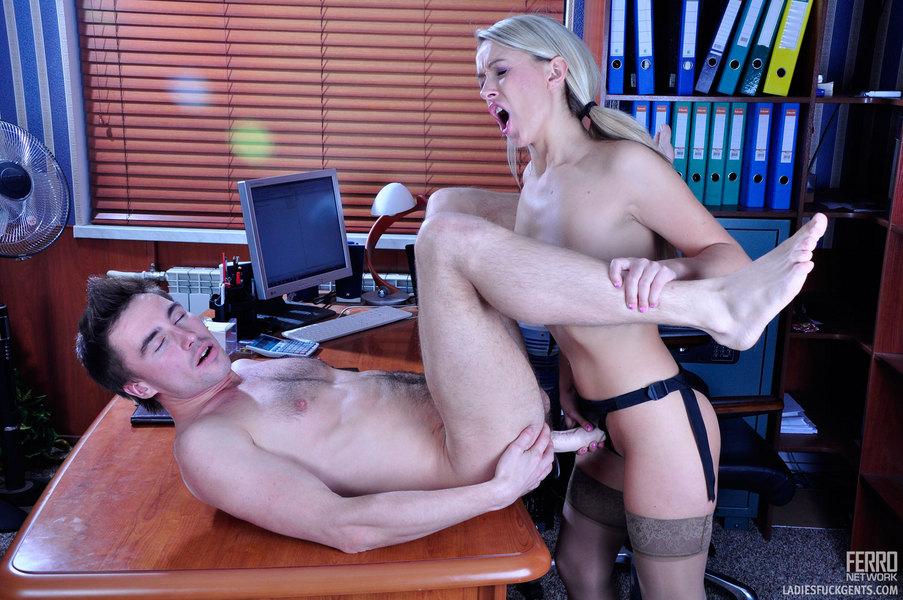 Смотреть порно начальница оттрахала подчиненную лесби секс