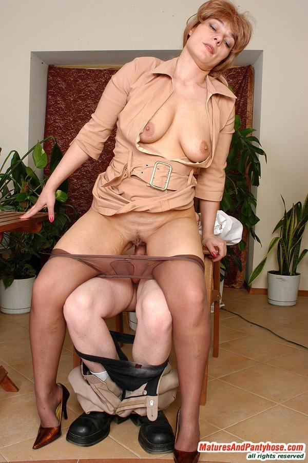 Порно фото зрелых женщин в колготках