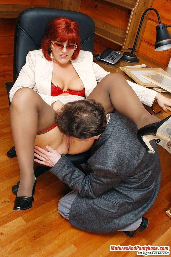 самым везучим начальница подчиненного делает своим пиздолизом еше