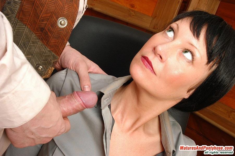 Under Pantyhose Tgp Mature Women 60