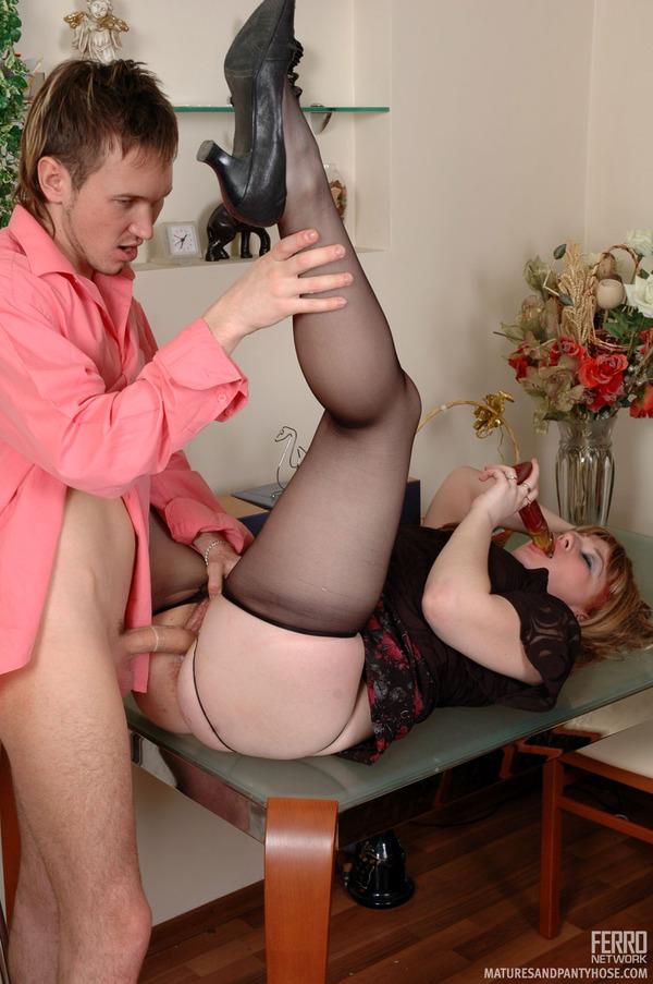 Girl eating cum men