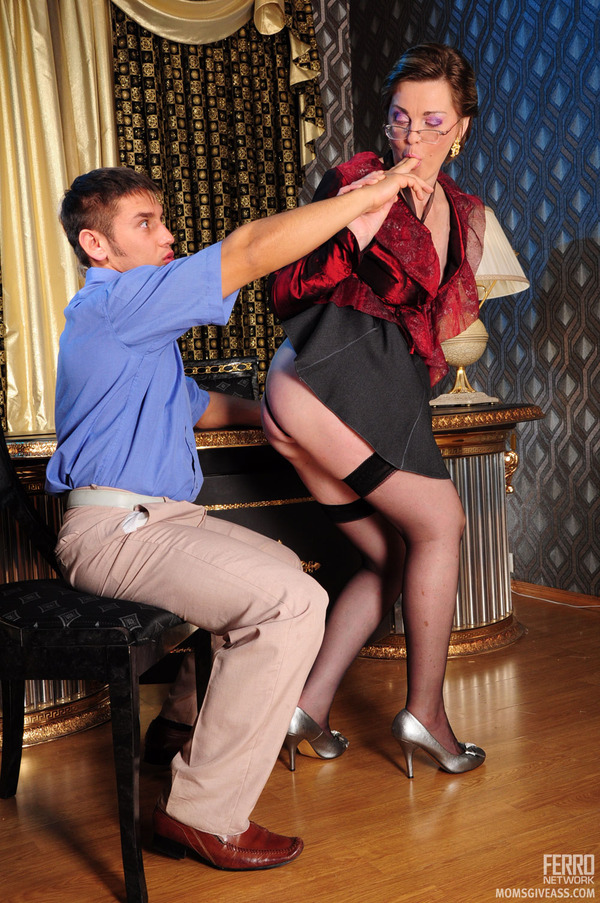 Секс подчиненного с начальницей 19 фотография