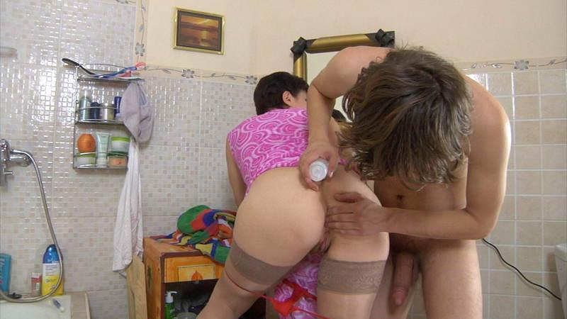 Порно видео сын подсматривает за мамой в ванной смотреть