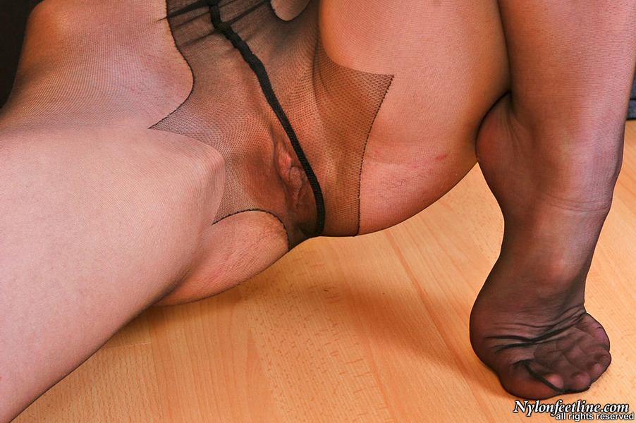 Womens pantyhose feet on dicks