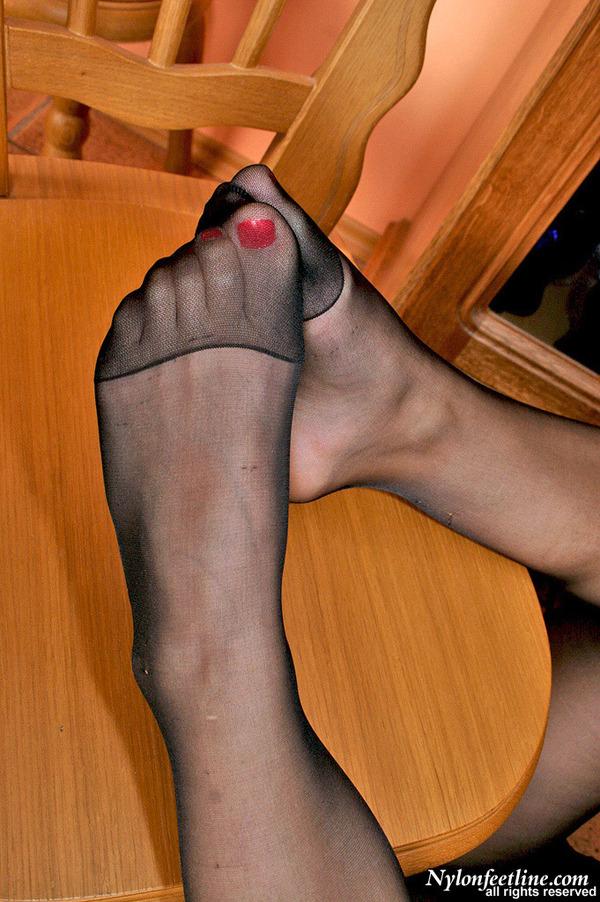 Бляди в чулках дрочат ногами164