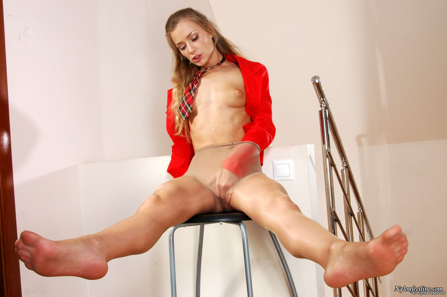 girls feet showing in porno