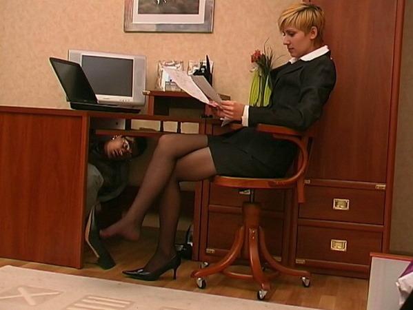 lizhet-nogi-sekretarshe
