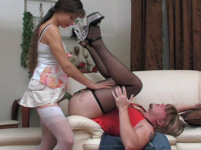 жена переодевает мужа в платье