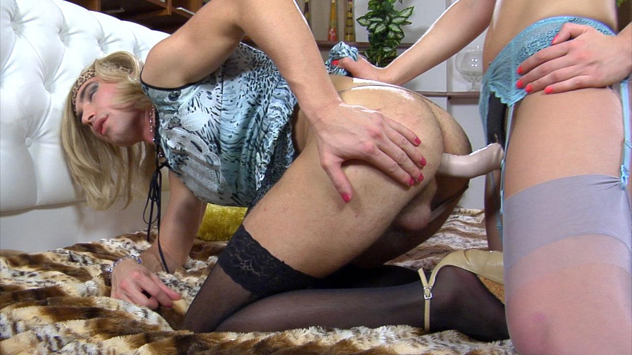 Elle doigte le cul de sa lope male feminisée avant de l'enculer au gode ceinture